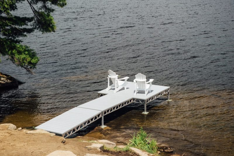 CanadaDocks 4x8 ramp with AlphaDeck and Muskoka Chairs