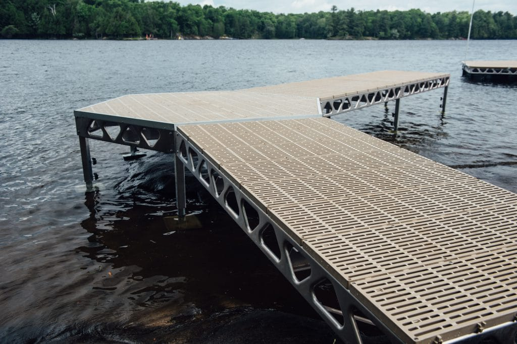A CanadaDocks standing configuration containing a ramp, small standing hexagon section and two quick link sections.