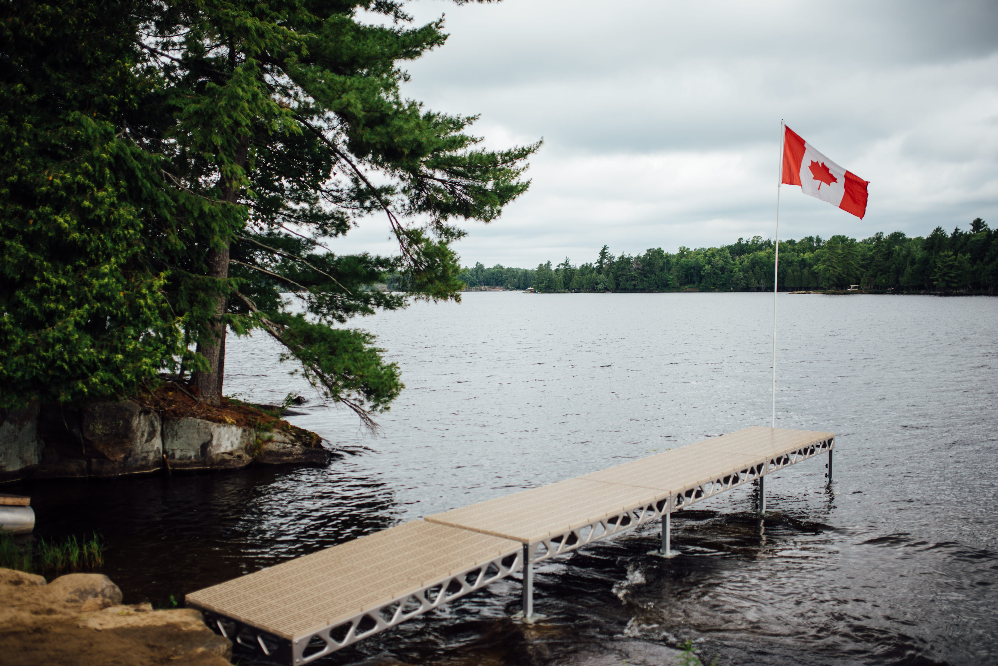 CanadaDocks Standing Dock with Canadian Flag